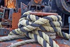 Schiffspoller mit Seil auf der Plattform einer alten Lieferung Stockbilder