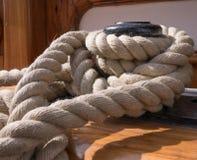 Schiffspoller und Seil Stockfotografie