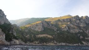 Schiffsreise um Capri-Insel stock footage