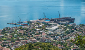 Schiffsreparatur koppelt mit den Schiffen in der Bucht von Kotor an Lizenzfreie Stockbilder