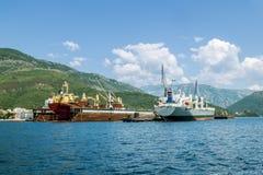 Schiffsreparatur koppelt mit den Schiffen in der Bucht von Kotor an Ansicht von Stockbilder