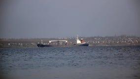 Schiffssegeln auf dem Fluss stock video