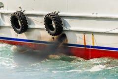 Schiffsseite innerhalb des Wassers Stockbilder