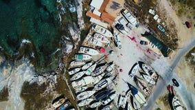 Schiffsspeicher an der Küste stock video