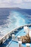 Schiffsspur auf dem Blau sehen Stockbilder