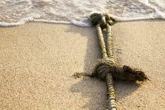 Schiffstau mit Knoten auf feinem Sand Lizenzfreie Stockfotos