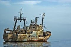 Schiffswrack auf dem Ozean Stockfotos