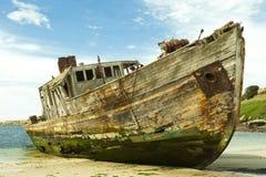 Schiffswrack einer alten hölzernen Lieferung stockfotografie