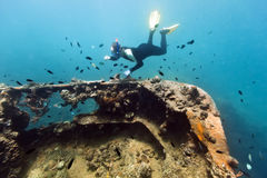 Schiffswrack und Taucher Stockbilder