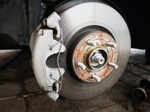 Schijfrem op auto in proces van nieuwe bandvervanging De rand wordt verwijderd tonend de rotor en de beugel Sluit omhoog stock fotografie