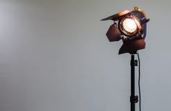 Schijnwerper met halogeenbol en Fresnel lens Verlichtingsmateriaal voor Studiofotografie of videografie Stock Foto's