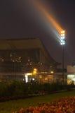 Schijnwerper naast een gebouw bij nacht Stock Foto