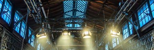 Schijnwerper op het plafond van een vroegere fabriekszaal voor verlichting D stock afbeelding