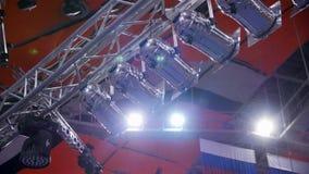 Schijnwerper Vele schijnwerpers die het stadium bij een overleg verlichten Stadiumschijnwerper met Laserstralen op gebeurteniscon stock videobeelden