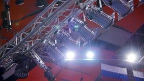 Schijnwerper Vele schijnwerpers die het stadium bij een overleg verlichten Stadiumschijnwerper met Laserstralen op gebeurteniscon stock footage