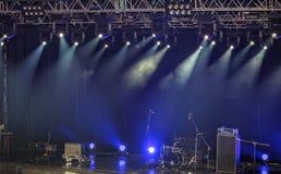 Schijnwerpers en verlichting op stadium met geluidsinstallatie Royalty-vrije Stock Foto
