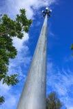 Schijnwerpertoren met lange boom en blauwe hemel Royalty-vrije Stock Foto's