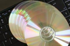 Schijven op laptop stock afbeeldingen