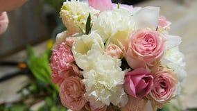 Schik bloemen in boeket in bloemwinkel stock videobeelden