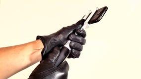 Schik de selfiestok met smartphone handschoenen indient stock videobeelden
