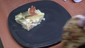 Schik een plaat van voedsel stock videobeelden