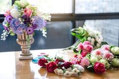 Schikkend kunstbloemen bekleed decoratie thuis, makend het organiseren van diy kunstbloem, ambacht en hand - gemaakt concept stock afbeelding