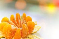 Schil oranje lotusbloem scherp op linkerachtergrond met bokehlicht Stock Foto