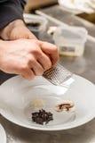 Schil van de chef-kok de shreding citroen Stock Afbeelding