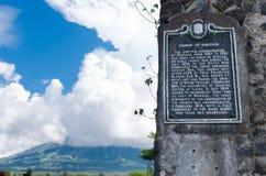 Schild auf alten Ruinen Stockfotografie