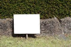 Schild auf dem Rasen Stockfotos