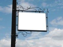 Schild auf Himmelhintergrund lizenzfreies stockbild