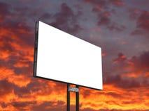 Schild auf Sonnenunterganghimmel lizenzfreies stockbild