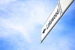 Schild, das in Richtung zu Lakewood zeigt Lizenzfreies Stockfoto