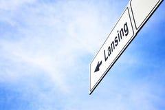 Schild, das in Richtung zu Lansing zeigt lizenzfreie stockbilder