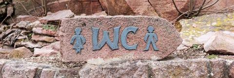 Schild der öffentlichen Toilette des Parks im Freien Stockfoto