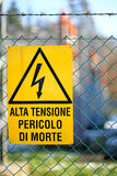 Schild der Gefahrenhochspannung im Kraftwerk Stockbild