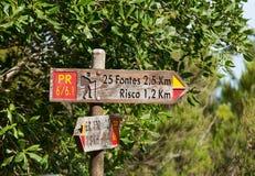 Schild 25 Fontes und Risco Levada auf Madeira Portugal - Reisehintergrund Stockbilder