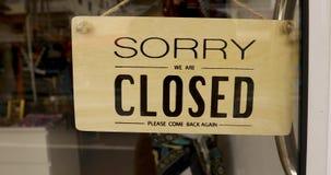 Schild mit dem Text tut mir leid geschlossen auf Tür stock video footage