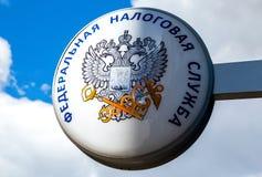 Schild mit Emblem des russischen Bundessteuer-Services gegen Stockfoto