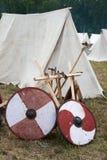 Schild twee en sommige assen dichtbij tenten Stock Afbeelding