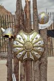 Schild und mittelalterliche Sturzhelme lizenzfreie stockbilder