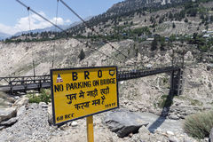 Schild, zum des Treibers zu warnen, nicht auf Brücke bei Himachal Pradesh zu parken Stockbild