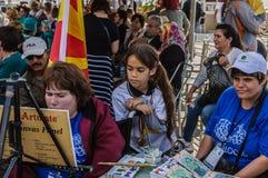 Schilder And Curious Kid op de Week van de Onbekwaamheidsvoorlichting Art And Folk Dance Event - Turkije stock afbeelding