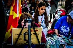Schilder And Curious Kid op de Week van de Onbekwaamheidsvoorlichting Art And Folk Dance Event - Turkije stock afbeeldingen
