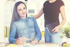 Schilder en haar werkgever stock foto