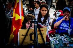 Schilder And Lovely Kid op de Week van de Onbekwaamheidsvoorlichting Art And Folk Dance Event - Turkije stock fotografie