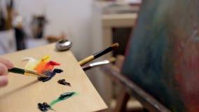 Schilder Preparing Oil Colors voor Canvas het Schilderen Kunst en kunstenaar stock videobeelden