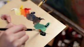 Schilder Preparing Oil Colors voor Canvas het Schilderen Kunst en kunstenaar stock video