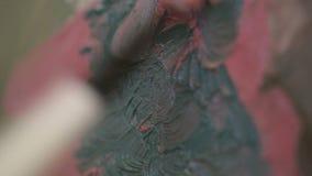 Schilder Preparing Oil Colors voor Canvas het Schilderen Kunst en kunstenaar stock footage