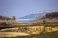 Schilderachtig de herfstlandschap Droog Reservoir royalty-vrije stock afbeeldingen